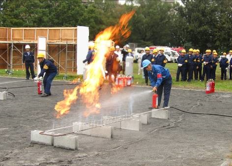 (1)LPガス消火訓練の様子